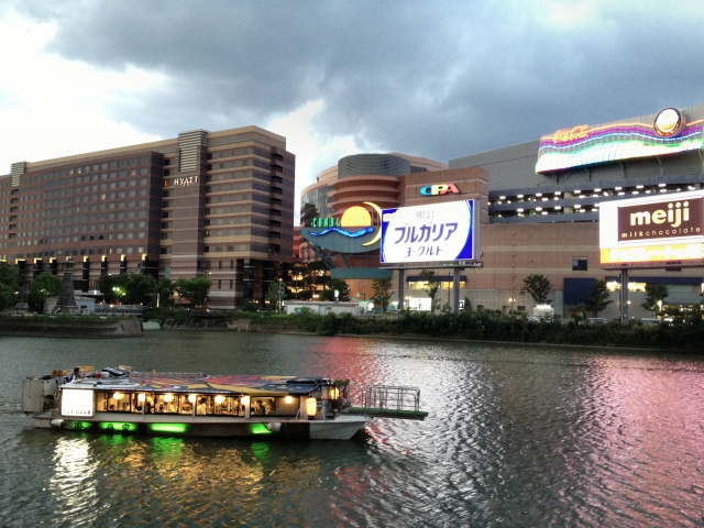 Sightseeing boat in front of Canal City